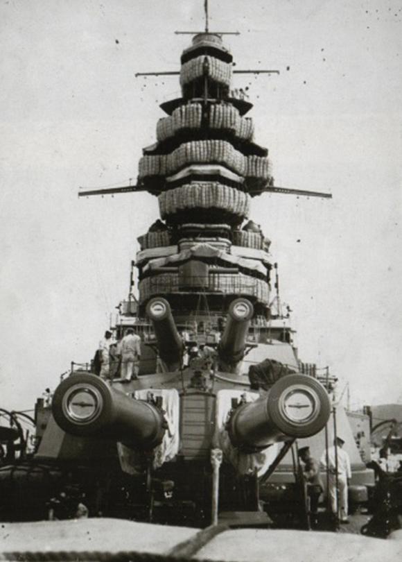 戦艦金剛の口径36センチの主砲と砲塔。1927(昭和2)年10月の特別大演習時、山口県・徳山港で。当時の革パッキンは摩滅が早く、主砲発射の時、砲塔内は水圧ポンプからの漏水で砲塔員はずぶ濡れになったという=写真日本海軍全艦艇史上巻(福井静夫著ベストセラーズ1994年刊)