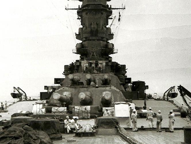 戦艦大和姉妹艦、武蔵の1、2番主砲塔。1門160㌧の砲身は軽やかに動いた。1942(昭和17)年6月~7月、瀬戸内海西部の徳山・呉間で公式試運転中=福井静夫著・写真日本海軍全艦艇史上巻(ベストセラーズ1994年刊)