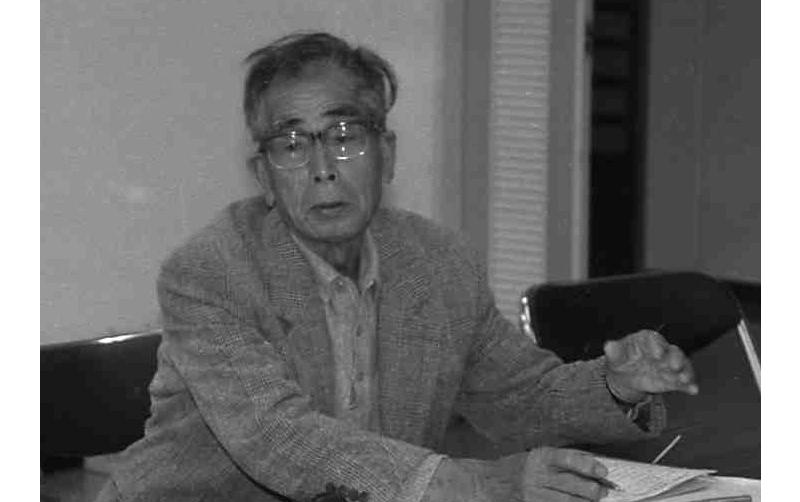呉工廠砲熕部で時計をもって名人の仕事を記録した筒井庄爾さん=1994年4月23日、広島県呉市中央6丁目、呉市つばき会館で