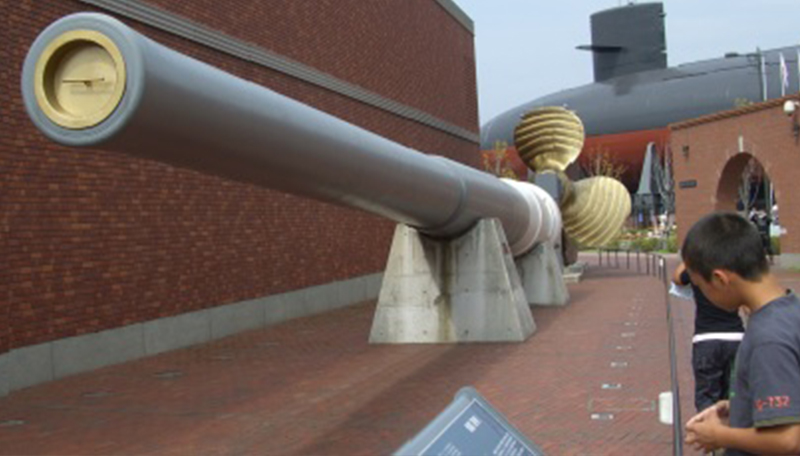 大和ミュージアム前に展示されている戦艦陸奥の主砲砲身。45口径41㌢砲、重さ102㌧、長さ18㍍のこの砲は1920(大正9)年から22年間、戦艦大和が出現するまで世界最大の軍艦砲であった=広島県呉市宝町で2007年9月24日撮影